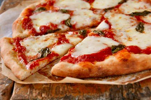 pizza lavet paa pizzasten